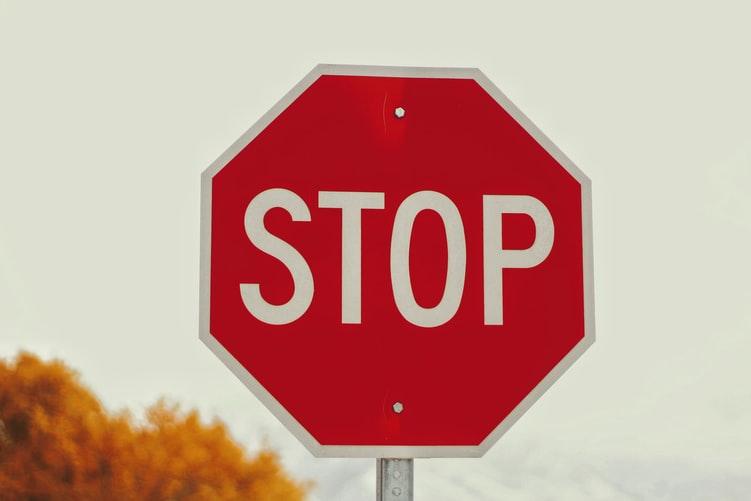 maisons d'édition à éviter symbolisées par un panneau stop