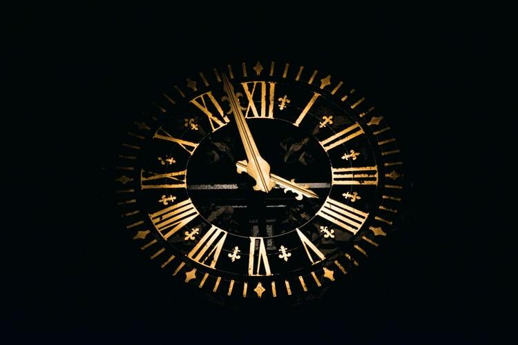 horloge pour symboliser une ellipse narrative