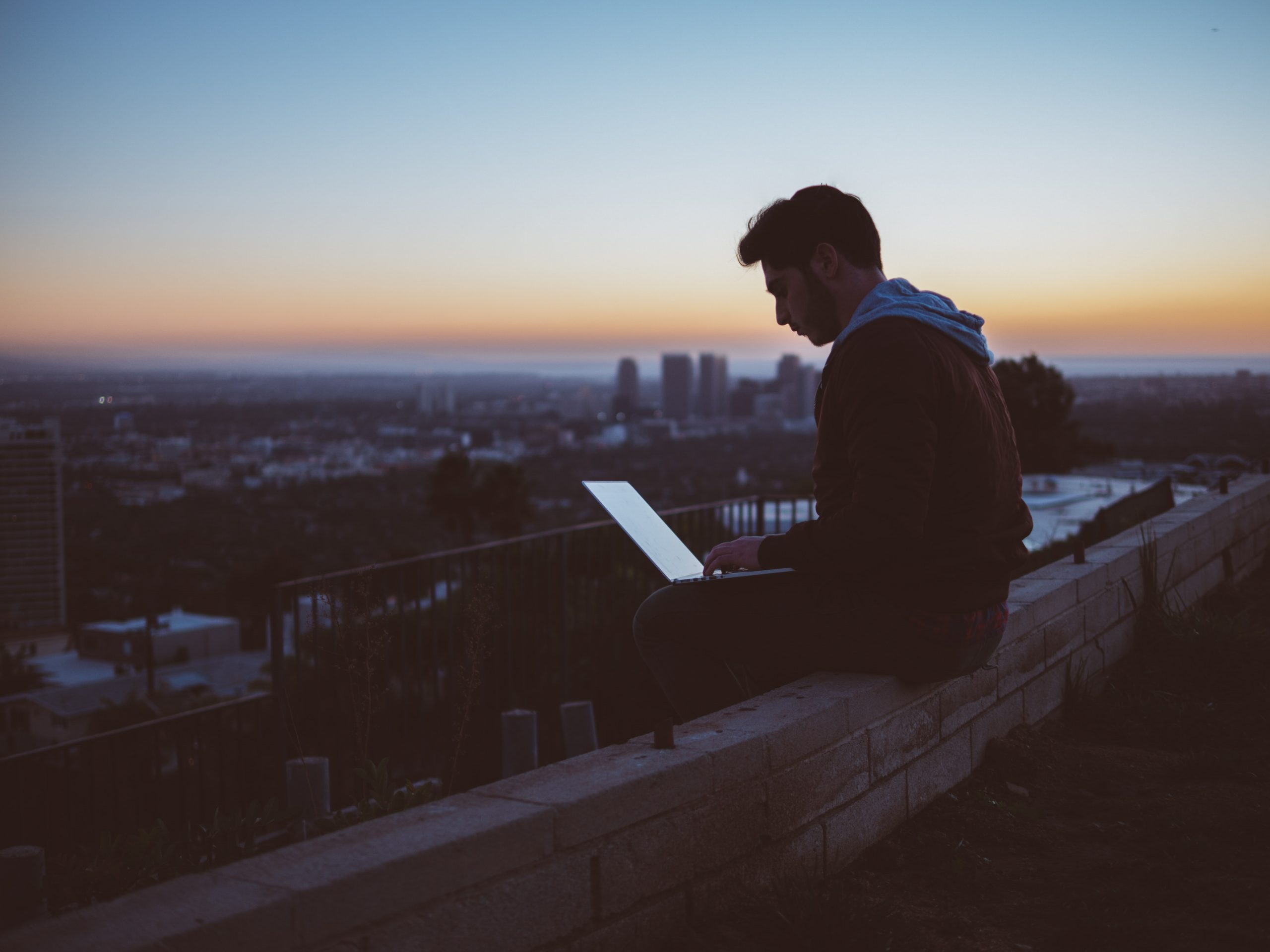 un homme et son ordinateur pour signifier un lien avec les forums rp